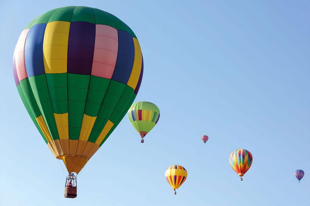 Bilden visar luftballonger sex luftballonger som flyger högt upp i det blå