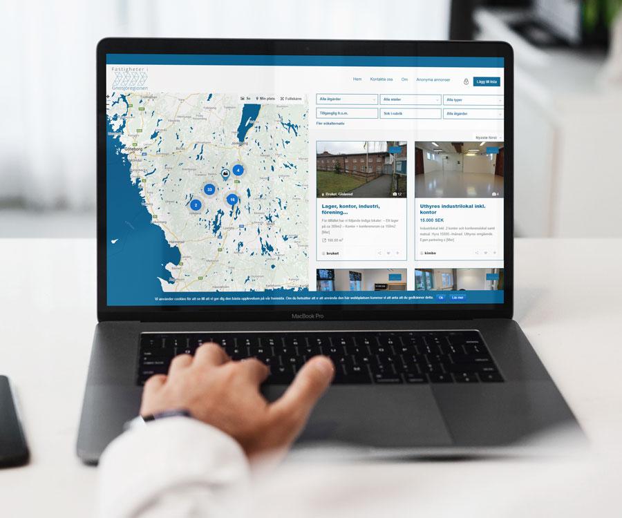 Bilden visar en laptopanvändare som navigerar på fastigheterbgr.se