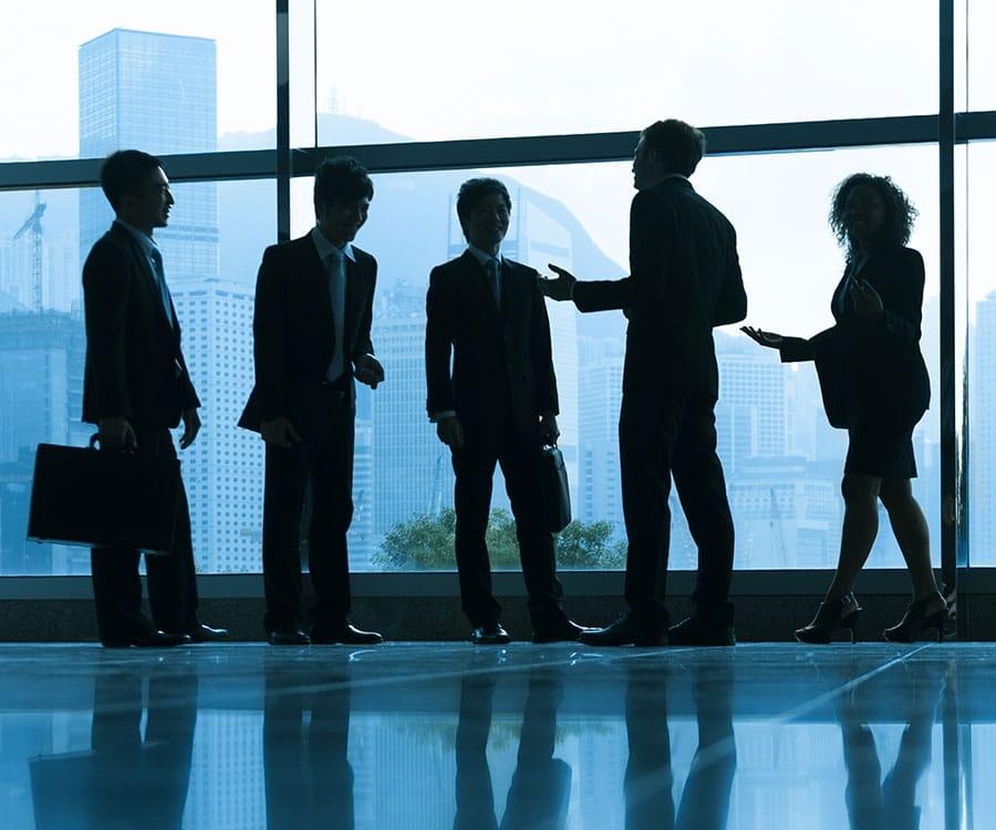 En bild på företagsmänniskor som diskuterar